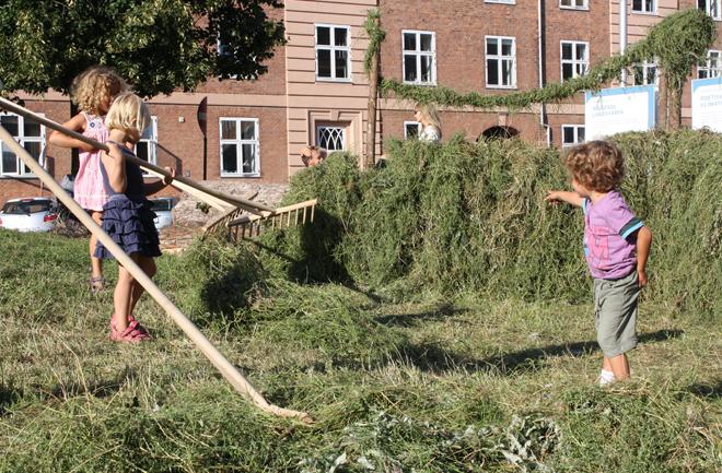 Børnene hjælper aktivt til