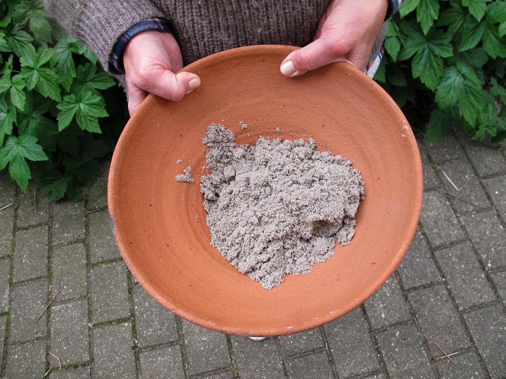 Lidt sand kommes i en skål