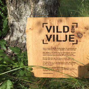 Vild-MEd-vilje-Træskilt-ved-birketræ